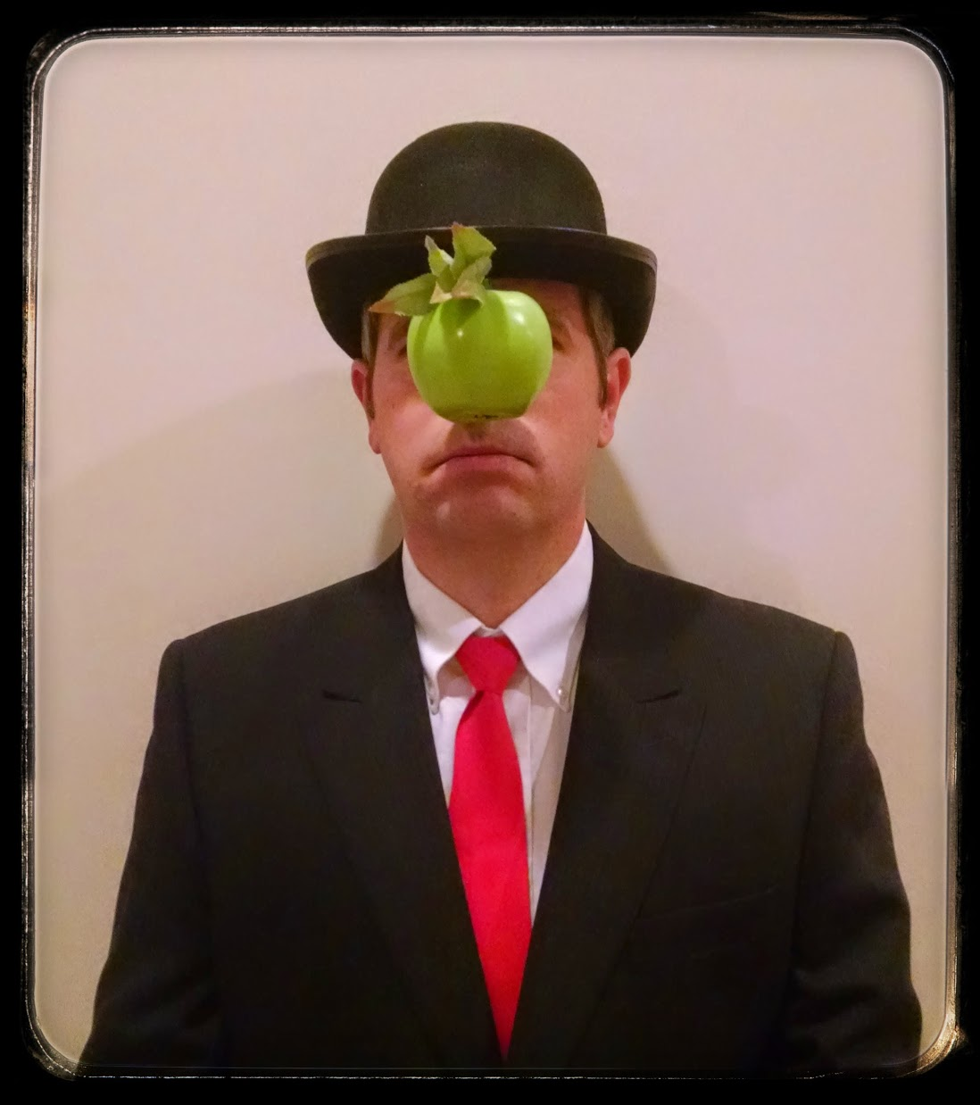 Matt Cutts dressed as Rene Magritte's Son of Man painting